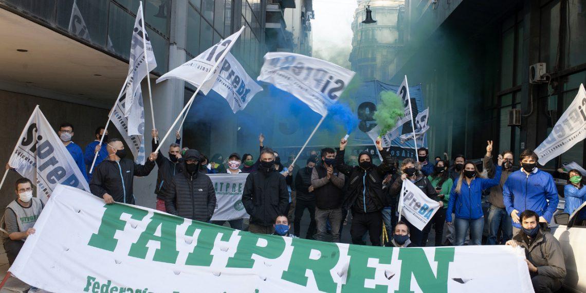 La caravana del SiPreBA llevó el reclamo salarial de prensa escrita a la sede de AEDBA